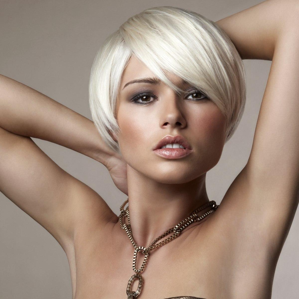 Wit haar in een kort komsnit kapsel met zachte randen