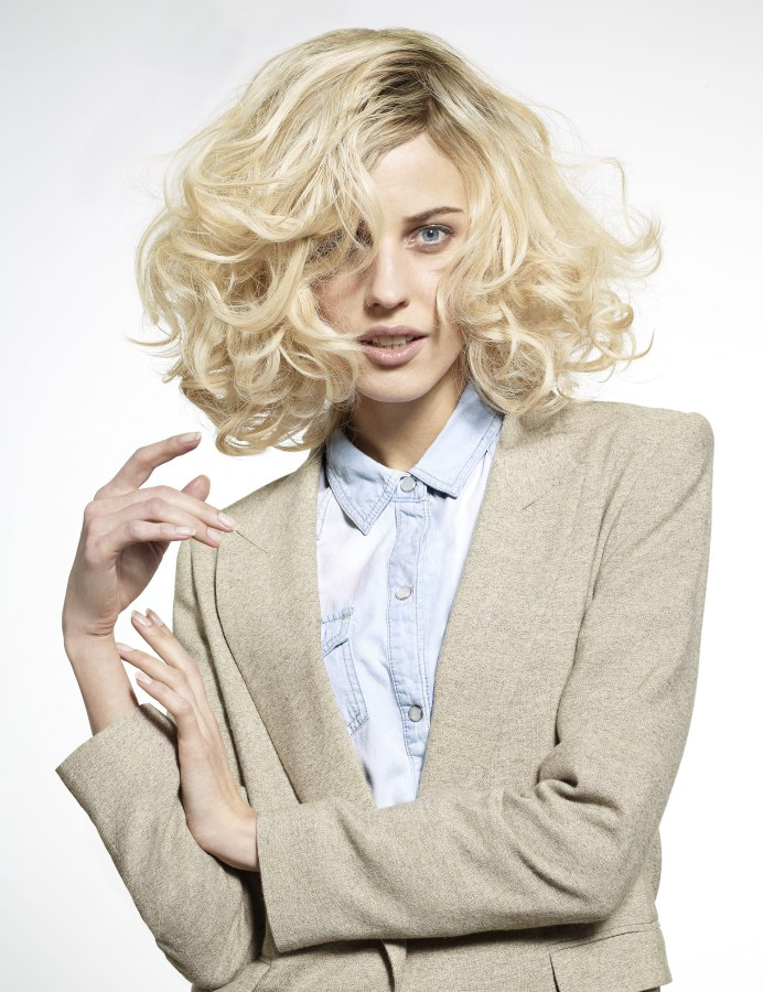 Blond Halflang Kapsel Met Krullen En Donkere Wortels