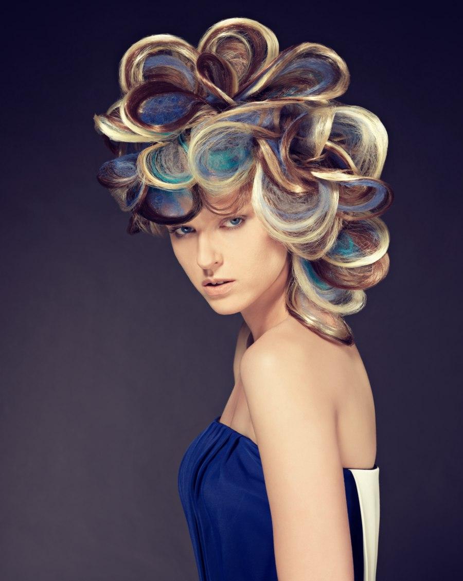 Opsteekkapsel Met Multikleurig Haar Met Afwisselend Blonde Blauwe En Donkerbruine Tinten