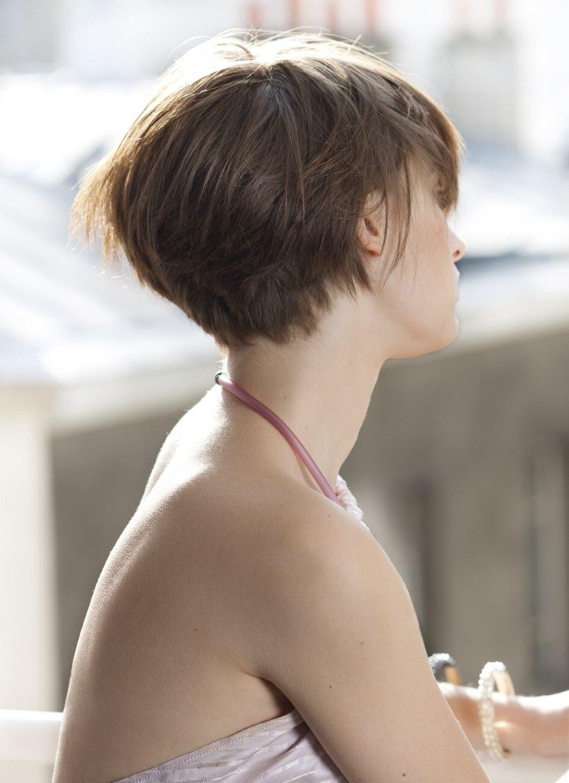 Korte Haarsnit Met Gradatie En Laagjes Achteraan Om Een