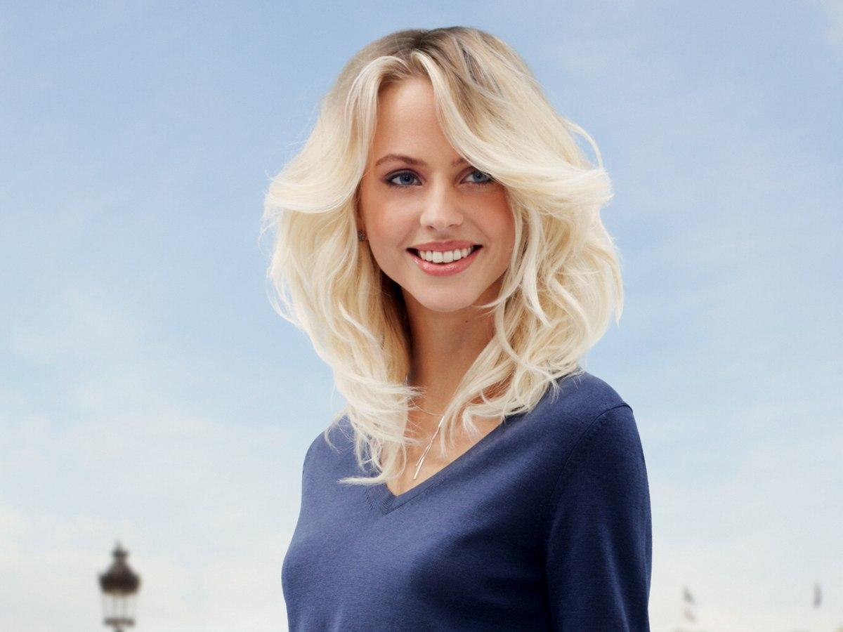 Lang Blond Haar Met Grote Golven En Donkerder Haarwortels