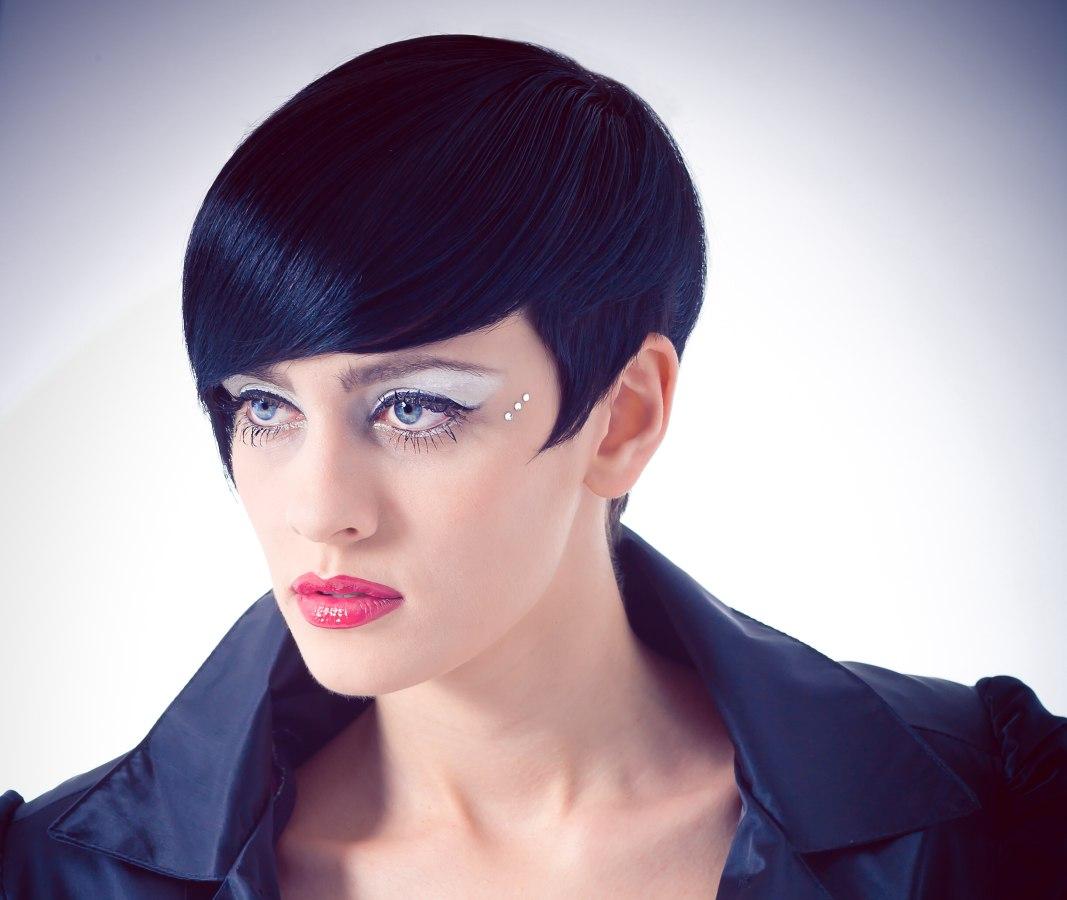 Haar: Beppe & Marco - Unali by C.P.A.. Make-up: Maria Elena Pascolo Fotografie: Patrick Wild Zie ook: Korte kapsels · Zwart haar met blauwe stroken - italiaanse-haarmode-1b