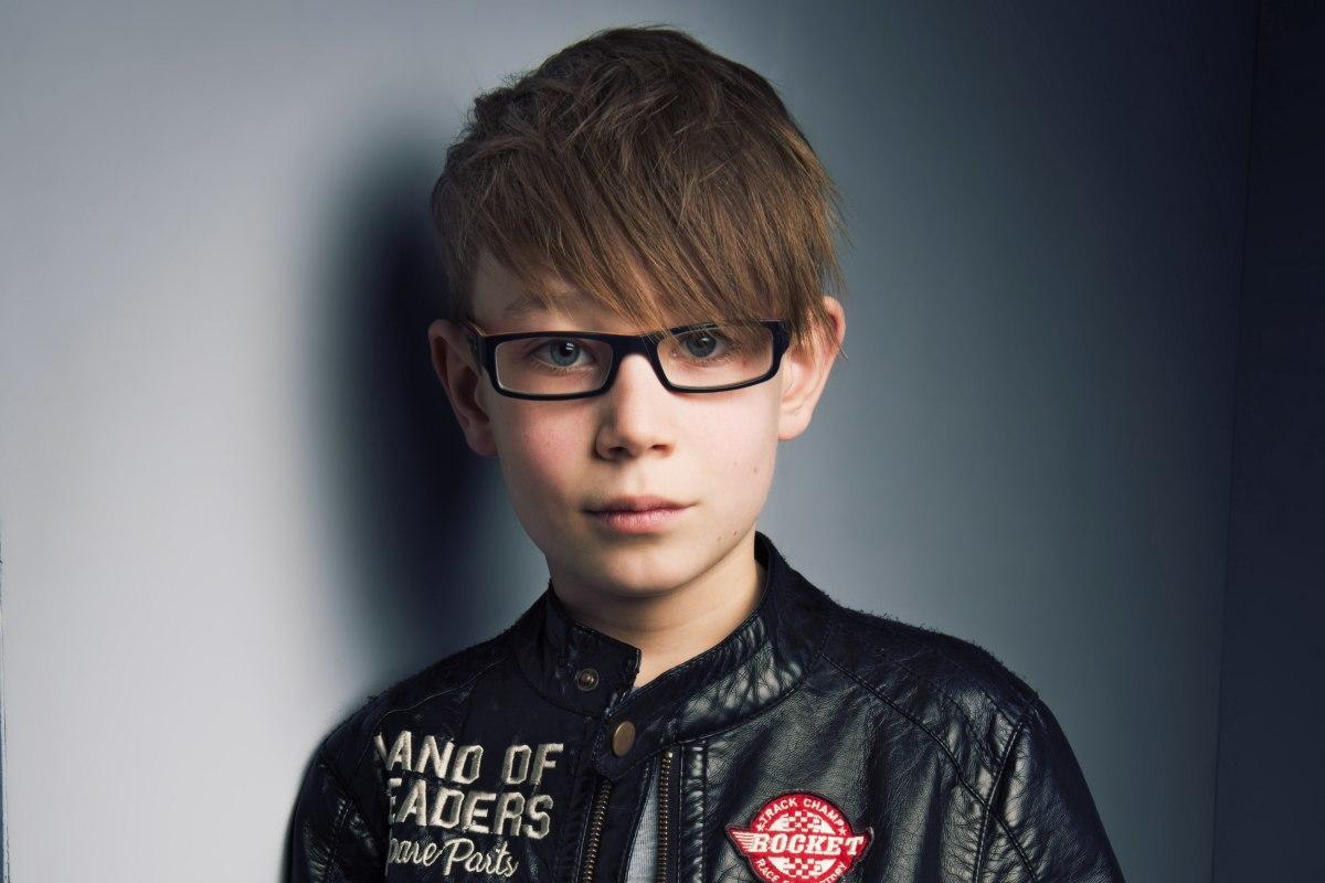 Moderne Haarsnit Voor Jongens Met Een Bril Kinderkapsel