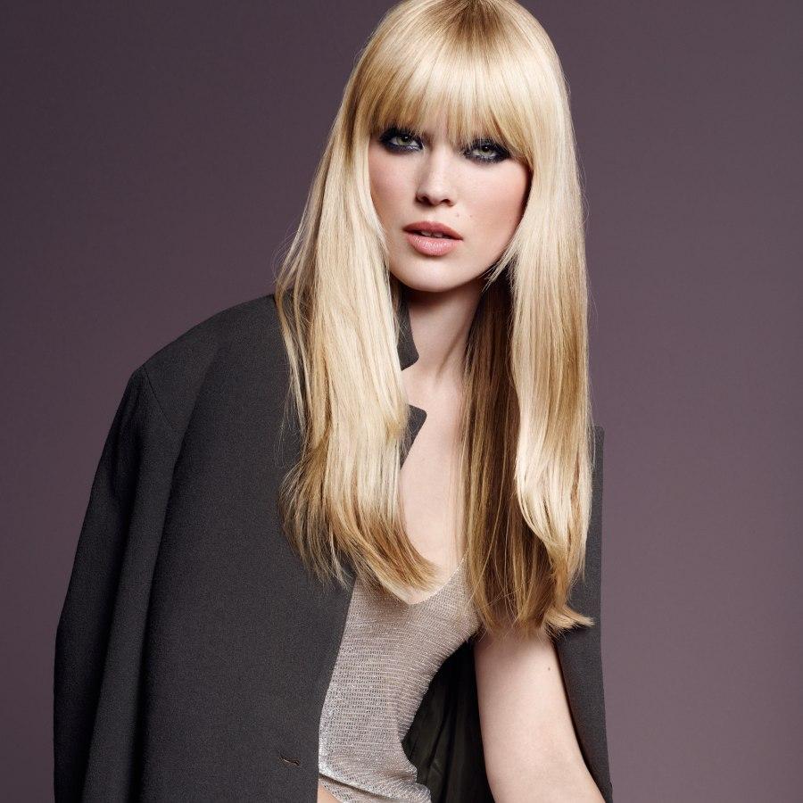 lang blond haar met highlights en een pony. Black Bedroom Furniture Sets. Home Design Ideas