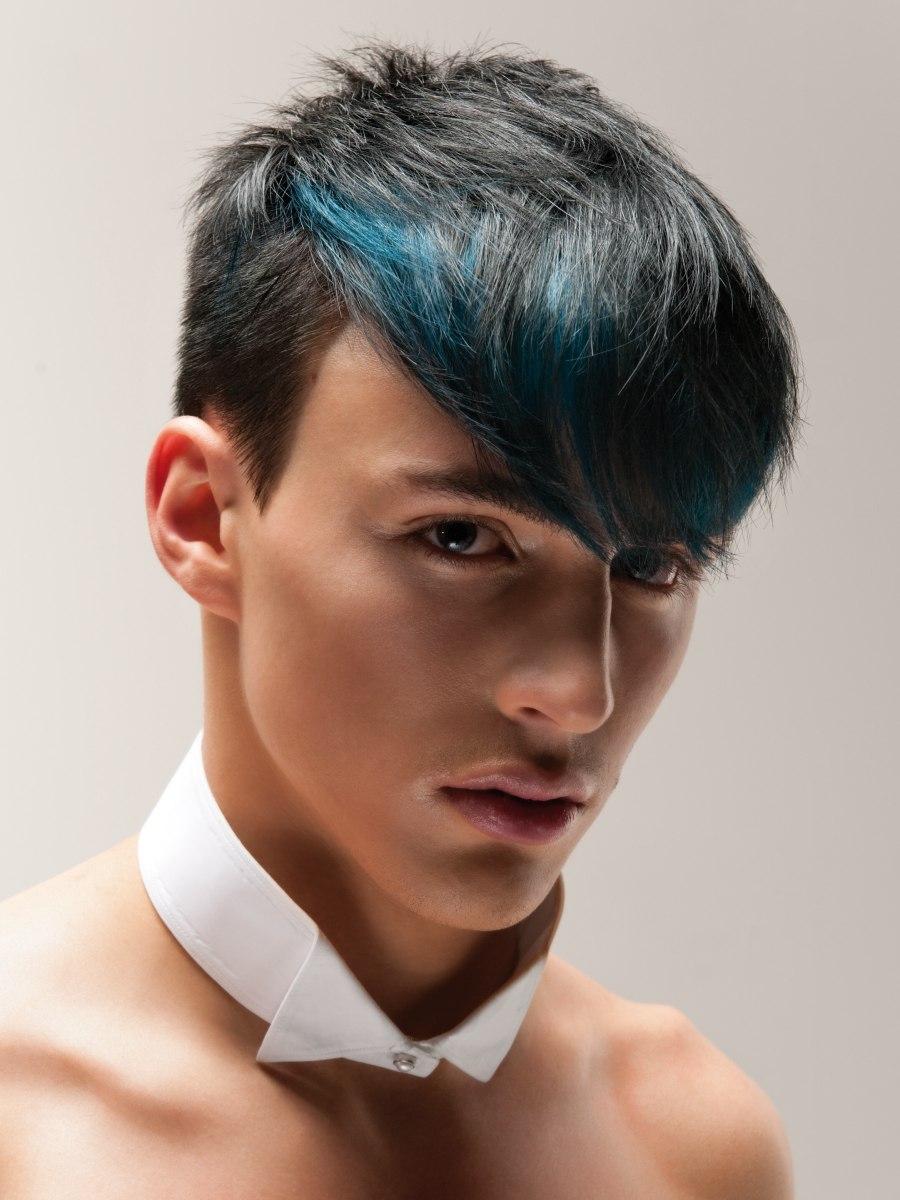 Kapsel voor heren met een blauwe strook haar en geschoren ...