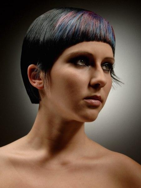 Kapsel met ravenzwarte haren en een kleur die zich vanuit de pony verspreidt in blauw en paars - Kleuren die zich vermengen met de blauwe ...