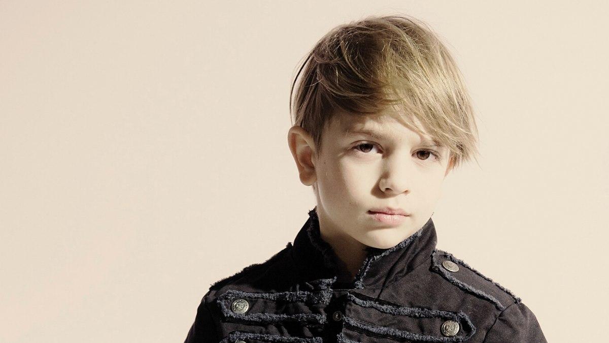 Haarsnit voor een kleine jongen met korte zijkanten en een lange pony - Kleine kamer van de jongen ...