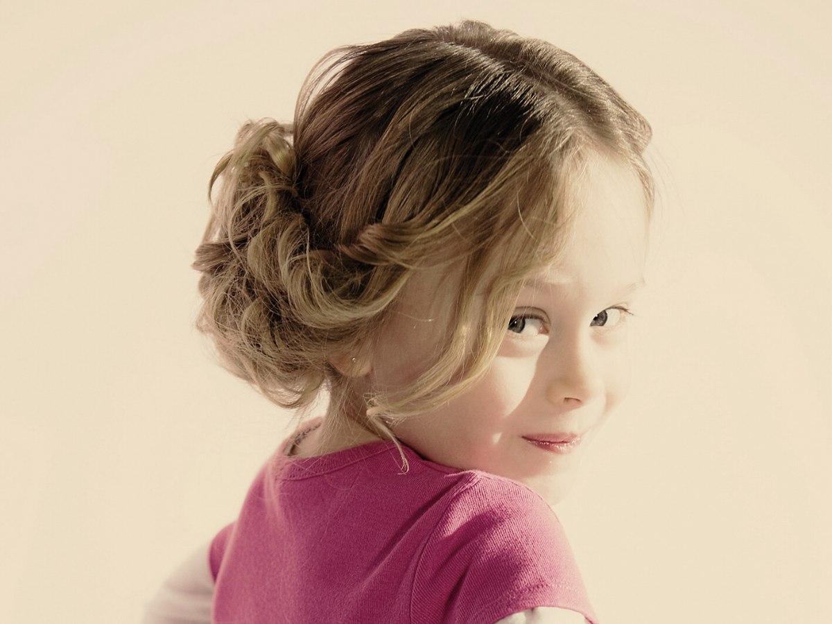Opsteekkapsel voor een klein meisje met lange krullen die draaien en rollen - Kantoor voor een klein meisje ...
